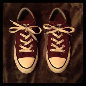 All star Converse color Maroon